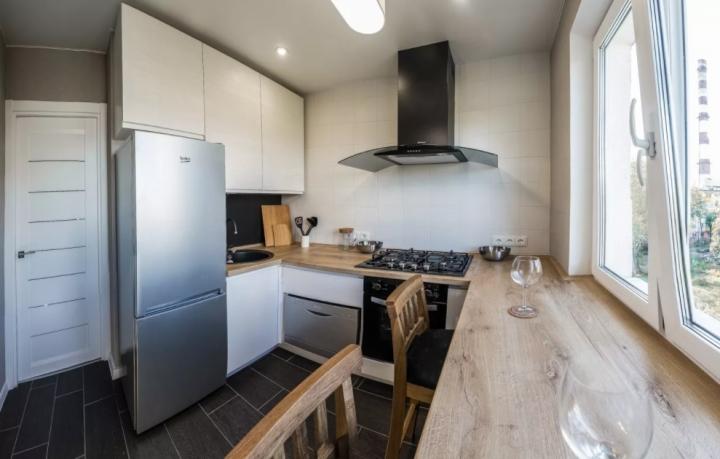 Стильный дизайн кухни 5 кв. м. с холодильником