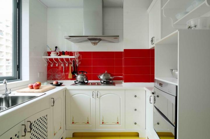 Бело-красная кухня в стиле классика