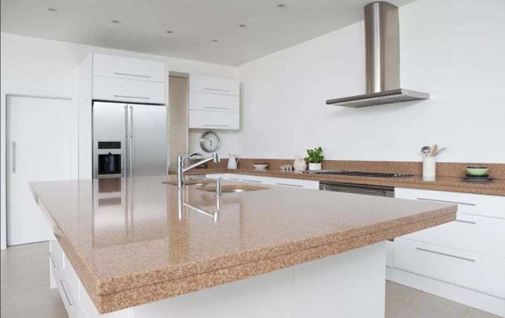 Белая кухня со столешницей из искусственного камня