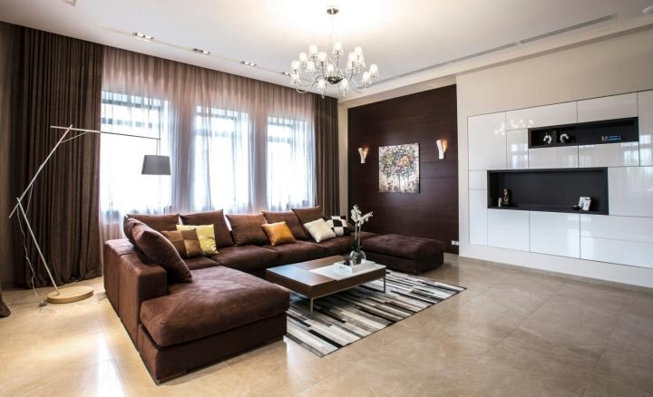 Коричневая мебель и шторы в интерьере гостиной