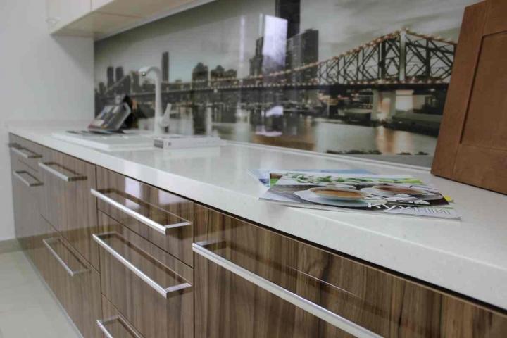 Кухни из акрилового пластика: эстетика и практичность