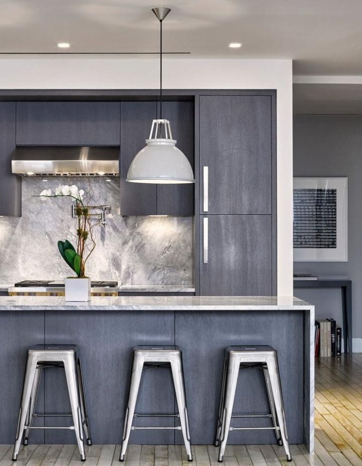 Серый матовый кухонный гарнитур и каменный фартук