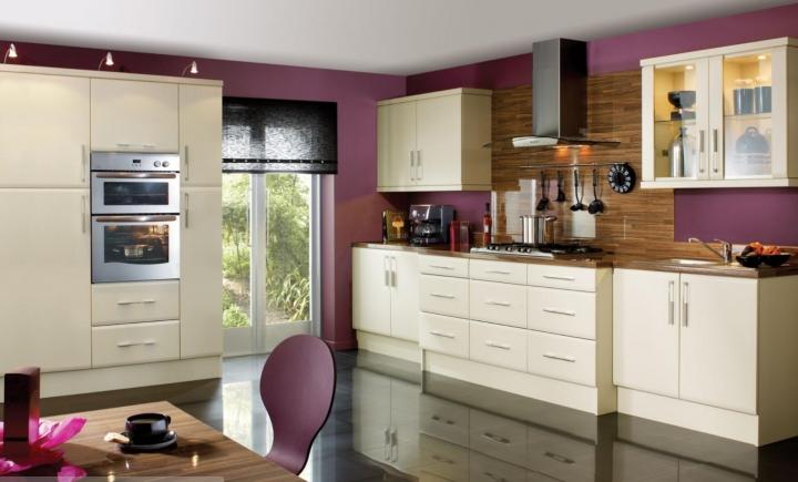 Интерьер бежевой кухни с фиолетовыми акцентами