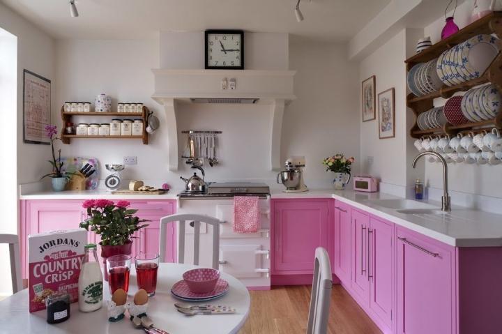 Кухня в розовом цвете с открытыми полками
