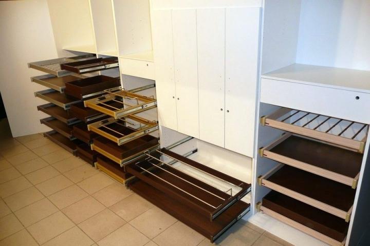 Шкаф с выдвижными полками для хранения