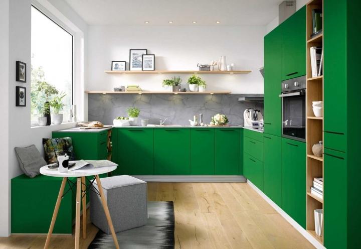Зеленая кухня с белой отделкой стен