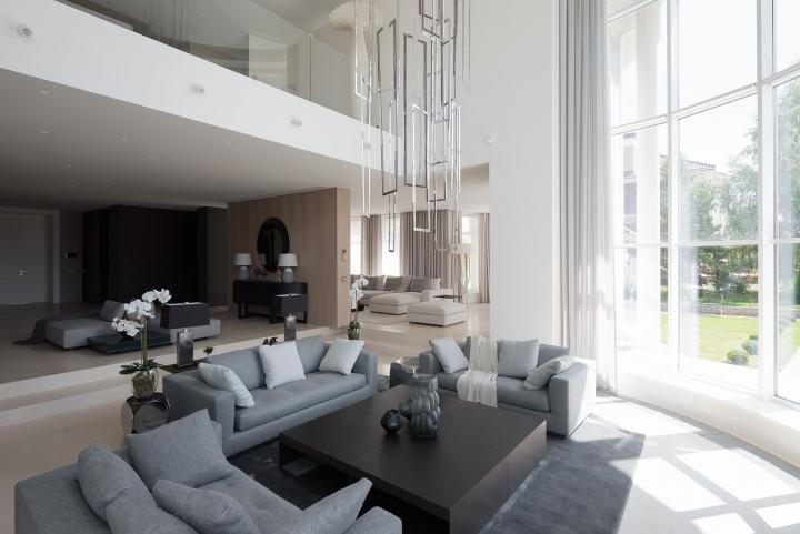 Панорамные окна в гостиной в доме