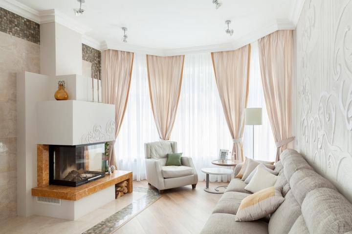 Светлый и нежный интерьер гостиной