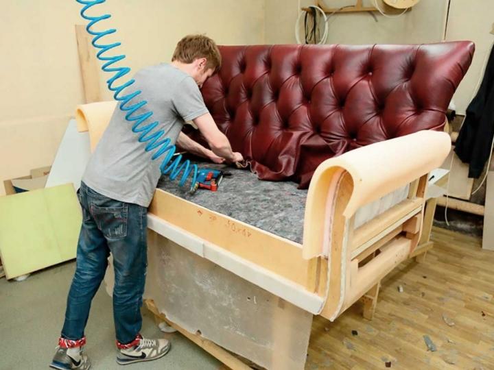 Работа по перетяжке диванной обивки