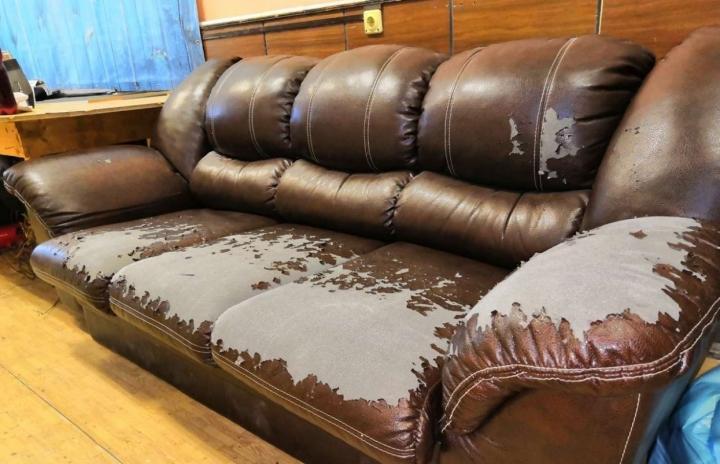 Повреждения кожаного дивана