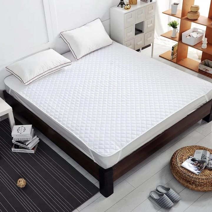 Кровать двуспальная с матрасом в интерьере
